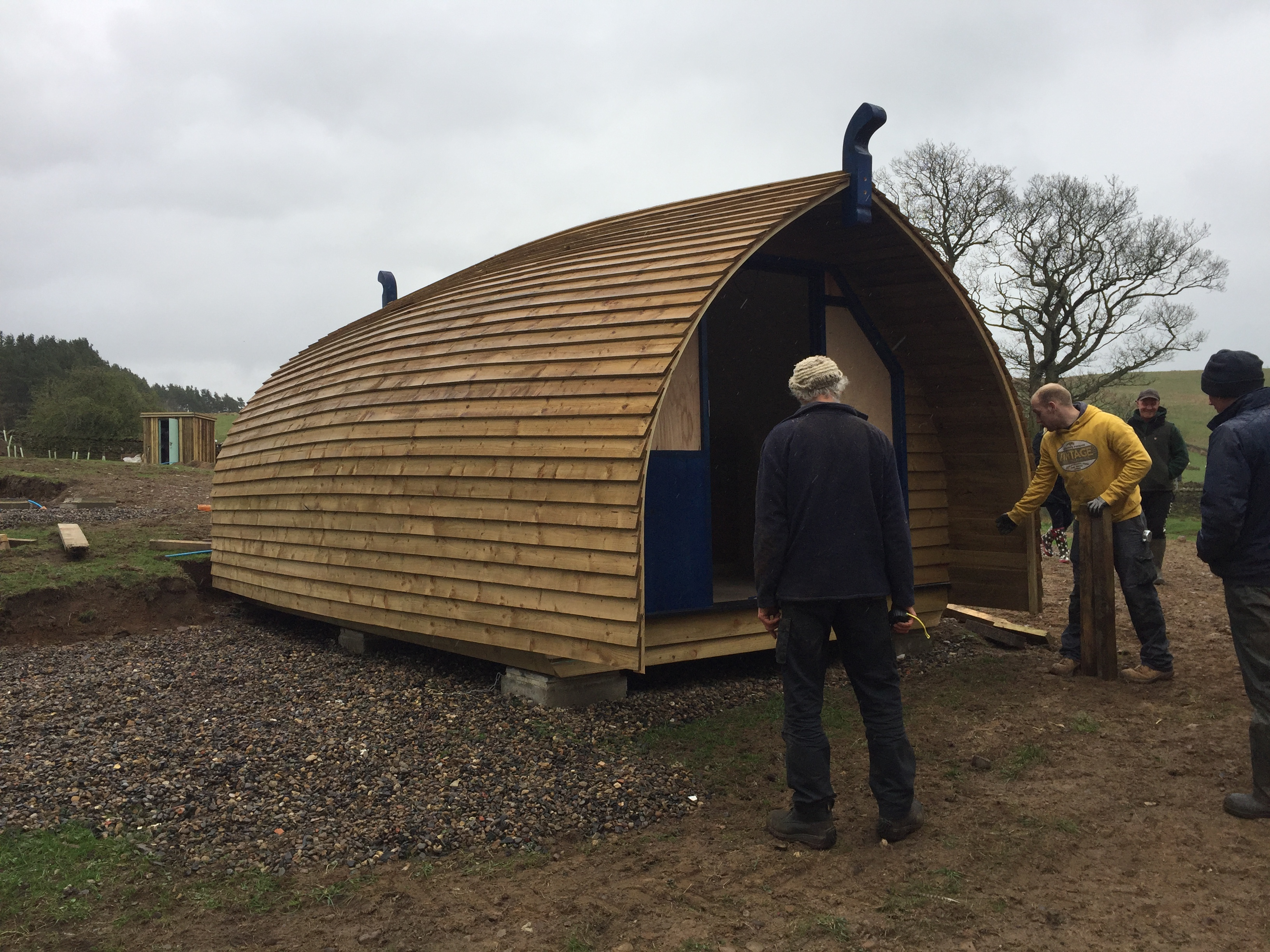 People putting the glamping cabin in place
